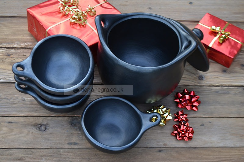 Ceramic cooking pot CL 223 with four CL 143 soup bowls